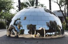 Iglu de inox espelhado na ensolarada Tel Aviv