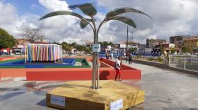 Município de Pinheiro recebe árvore de energia solar para carregar eletrônicos