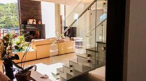 Corrimãos em vidro e inox se destacam na arquitetura moderna
