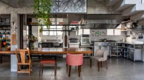 Décor do dia: cozinha de inox com toque rústico e concreto aparente